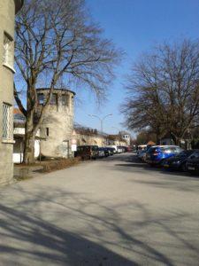 Die Außenmauer mit Stacheldraht und Wachtürmen sowie die Besucherparkplätze.