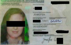 """Deutscher Personalausweis mit dem Aufkleber """"Staatsangehörigkeit: Bayern""""."""