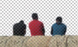 Jugendarrest ist eine häufige Sanktion im Jugendrecht. Sie soll für meist sehr kurze Zeit vermitteln, was Gefängnis bedeutet.
